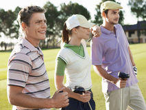 Golfspieler, die auf Golfplatz stehen Lizenzfreie Stockfotografie