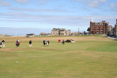 Golfspieler, die Haus mit einer Keule schlagen gehen Stockfotografie