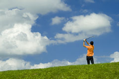 Golfspieler im orange Hemd Lizenzfreie Stockbilder