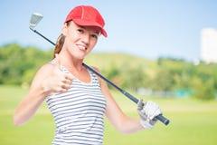 Golfspieler jung und erfolgreich mit Golfclub auf einem Hintergrund von g lizenzfreie stockbilder