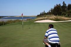 Golfspieler mustert Schlag Lizenzfreie Stockfotografie