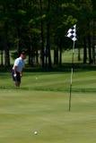 Golfspieler schlägt seinen Golfball Stockfotografie