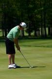 Golfspieler schlägt seinen Golfball Stockbild