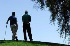 Golfspieler-Wartezeit für Kurve zum Schlag Stockfotografie