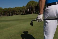 Golfspielerabschluß herauf Hand und Fahrer von der Rückseite Stockfoto