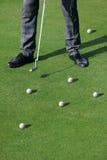 Golfspielermann mit Bällen Stockfotografie