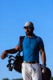 Golfspielerporträt am Golfplatz auf Sonnenuntergang Lizenzfreies Stockbild
