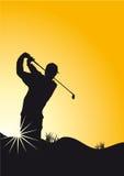 Golfspielersonnenuntergang, der Golf spielt Stockfoto