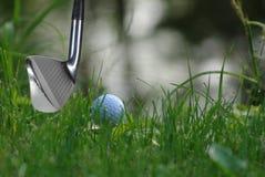 Golfsteuerknüppel und -kugel Stockfotos