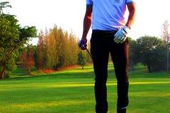 Golftireur, der den Golfball schlägt stockbild