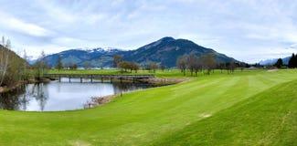 Golftoevlucht met bergen Royalty-vrije Stock Afbeelding