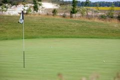 Golfturnering - golfbollar och flagga Royaltyfri Foto