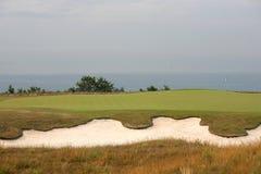 Golfturnering - golfbollar och flagga Royaltyfri Bild
