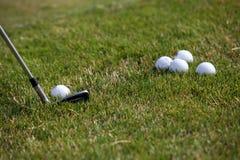 Golfturnering - golfbollar och järnpinne Arkivbilder