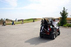 Golfturnering - golfuppsättning, golfvagn Arkivfoto