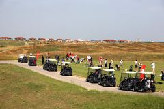Golfturnering - golfuppsättning, golfvagnar Fotografering för Bildbyråer