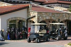 Golfuppsättningar, vagnar, hus Arkivfoton