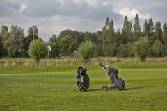 Golfutrustning på gräsplan Arkivbild