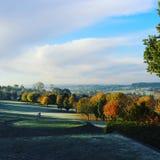 Golfutslagsplats med en sikt royaltyfri foto