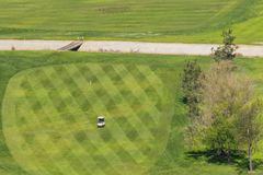 Golfvagn som korsar en golfbana, Santa Teresa Park, San Jose, Kalifornien fotografering för bildbyråer
