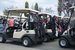 Golfvagnar med klubbor på baksida Arkivfoton