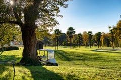 Golfvagnar på en golfbana fotografering för bildbyråer
