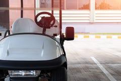 Golfvagnen, parkerar garaget fotografering för bildbyråer