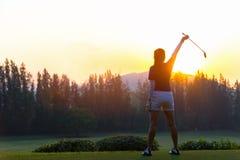 Golfvrouwen Vrolijke gelukkige Aziatische glimlachende vrouw met het spelen van golf in de golfclub stock foto's