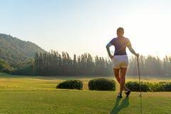 Golfvrouwen Vrolijke gelukkige Aziatische glimlachende vrouw met het spelen van golf in de golfclub in de zonnige en het gelijk m stock afbeeldingen