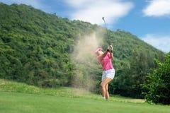 Golfvrouwen Vrolijke gelukkige Aziatische glimlachende vrouw met het spelen van golf in de golfclub in de zonnige tijd, exemplaar royalty-vrije stock afbeelding