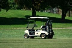 Golfwagen auf der Fahrrinne eines Kurses Stockfotos