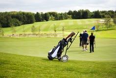 Golfwagen neer Grün Stockfoto