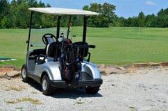 Golfwagen oder -buggy auf Kurs stockfotografie