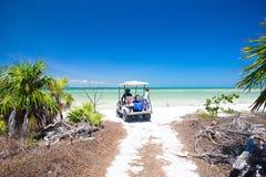Golfwagen am tropischen Strand Stockfotos