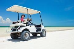 Golfwagen am tropischen Strand Lizenzfreies Stockfoto