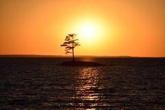Golgen solnedgång på den mycket lilla ön för sjösol Arkivfoton