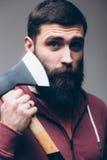 Golić z cioską Ufny młody brodaty mężczyzna niesie dużą cioskę Zdjęcie Stock