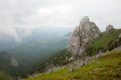 Goliat Tower em montanhas de Ciucas, Romanian Carpathians Fotografia de Stock