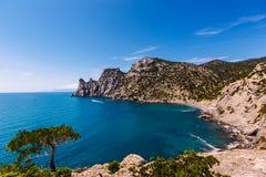 Golitsyn στην Κριμαία στο σαφή καιρό Στο δέντρο πρώτου πλάνου Η κυανή θάλασσα Στο υπόβαθρο το βουνό Στοκ Φωτογραφίες