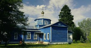 Golovintsy, secteur de Gomel, région de Gomel, Belarus Vieille église orthodoxe en bois de la protection de la Vierge Marie banque de vidéos