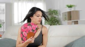 Golpe de calor abrumado del sufrimiento de la mujer almacen de metraje de vídeo