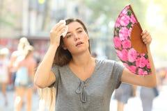 Golpe de calor sufridor que se queja de la muchacha fotos de archivo libres de regalías