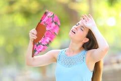 Golpe de calor sufridor que se queja de la mujer el verano imágenes de archivo libres de regalías