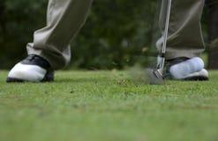 Golpe de la pelota de golf Imágenes de archivo libres de regalías