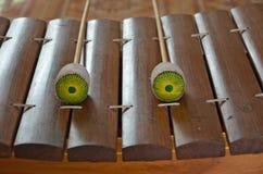 Golpe de los palillos en el instrumento tailandés Imagen de archivo libre de regalías