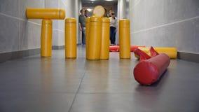 Golpe del juego de los bolos en el pasillo Ambos moldes en la figura de la artillería son éxito en calles del juego del gorodki Fotos de archivo
