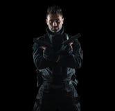 GOLPE do agente da polícia dos ops das especs. no estúdio uniforme preto imagens de stock royalty free