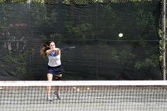 Golpe joven del jugador de tenis Imágenes de archivo libres de regalías