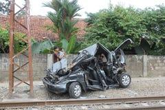 Golpe machacado de los coches por un tren Fotografía de archivo