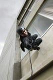 GOLPE Team Officer Aiming Gun While que Rappelling Imagem de Stock Royalty Free